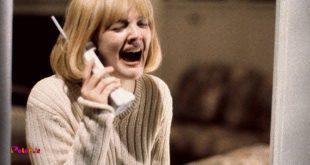 تو فیلم جیغ ۱۹۹۶، یک بخشی از فیلمبرداری خانم بازیگر باید با پلیس تماس میگرفت و جیغ میکشید و بعد تلفن رو قطع میکرد.