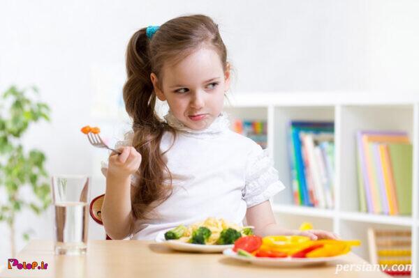 وقتی کودک غذا میخورد او را تشویق نکنید!