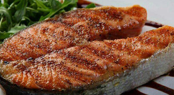 خوردن ماهی یکی از راهکارهای آب کردن چربی ناحیه شکم و کمر است.