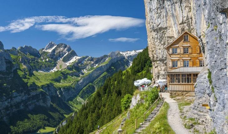 هتل Aescher Cliff در ارتفاعات آلپ و تو کشور سوییسه.