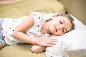 اگر کودک دیر می خوابد، قبل از خواب کاری را که دوست دارد برایش انجام دهید.