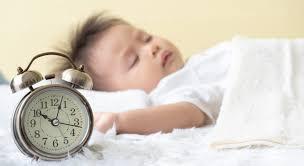 اگر کودک دیر می خوابد، از ۱-۲ ساعت پیش از خواب، نورها را کم و محیط را آرام کنید تا آماده خواب شود.