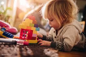 گاهی اوقات کودکان نیاز دارند به تنهایی بازی کنند تا از این طریق خلاقیت و خیال پردازی خود را تقویت کنند.