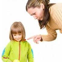 اگر کودک تکلیف مدرسهاش را انجام نداده است، بهتر است روز بعد به مدرسه برود و پیامد این کار یعنی گرفتن نمره بد را تحمل کند.