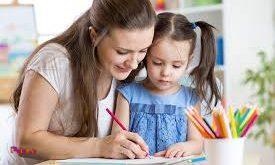 وقتی کودک خواندن یا نوشتن را می آموزد، بگذارید در اوایل کار، با خیال راحت کارش را انجام بدهد.