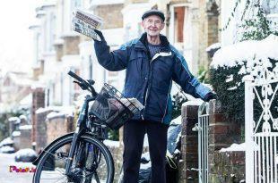 این آقای جورج بیلی هشتاد سالشه و تو انگلیس روزنامه میبره در خونهها و یکی از قدیمی ترین روزنامه فروشهای انگلیسه
